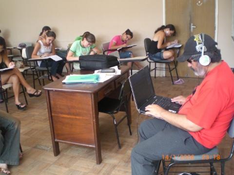 André fazendo uma prova na sala de aula do professor Marcos Lima